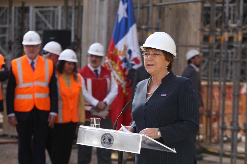 La Presidenta de Chile, Michelle Bachelet, durante el anuncio del abastecimiento de energía solar que proporcionará la empresa SunPower. / PRNewsFoto/SunPower Corp