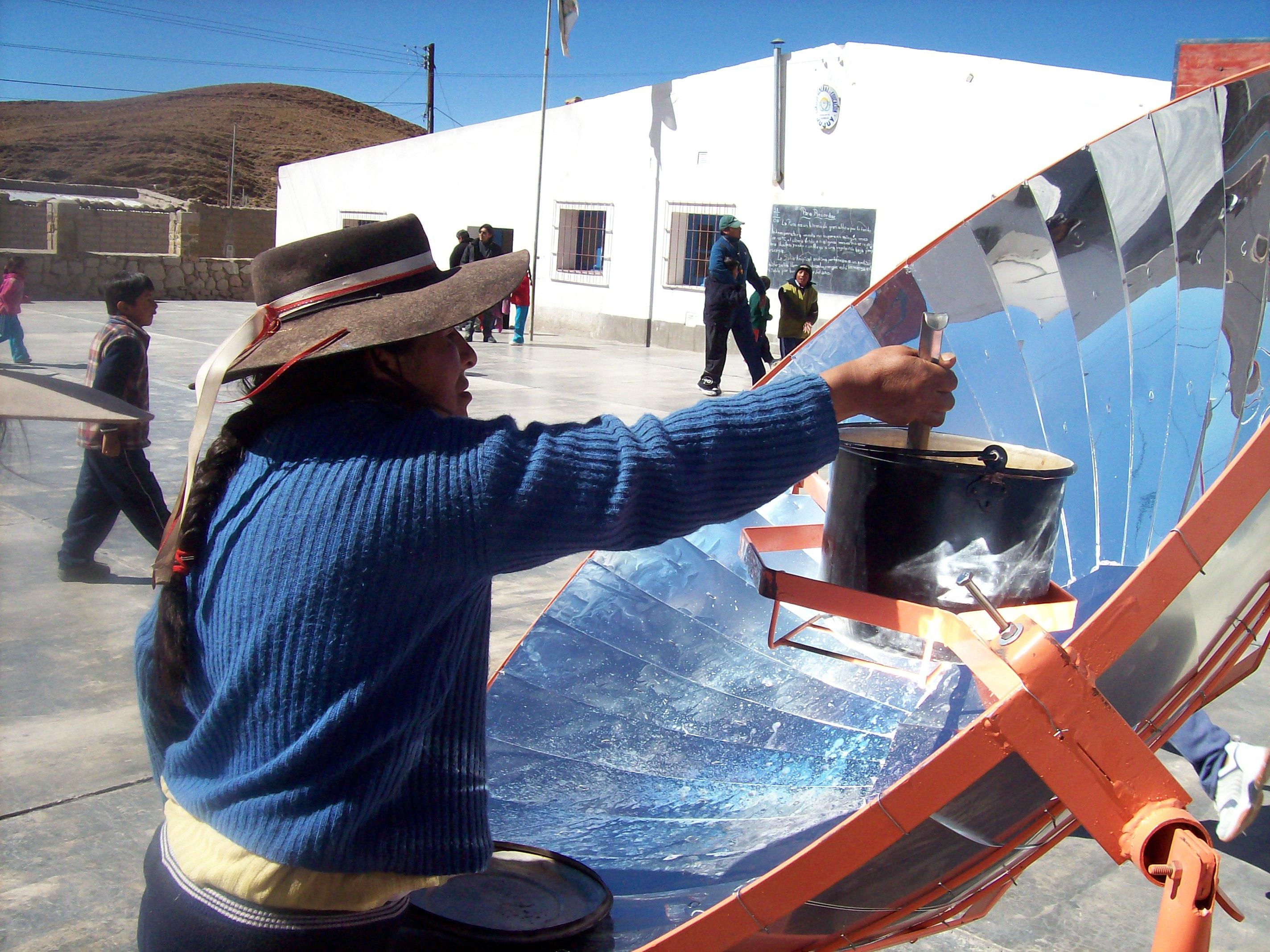 Cocina solar en una escuela del pueblo / Energía Solar al Día