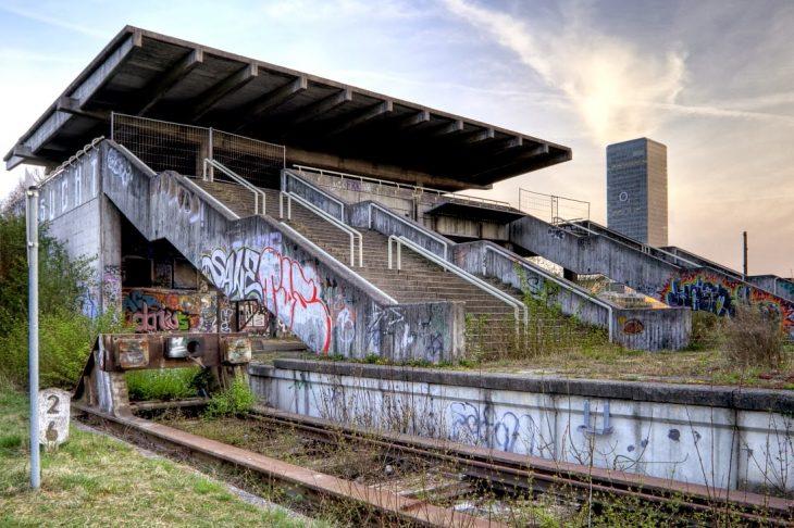 No solo se construyen estadios o albercas, también infraestructura especial que permita una estancia cómoda y ágil a los deportistas y visitantes, como esta estación de tren que al final quedó abandonada.