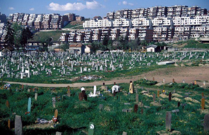 Al lado de lo que fue la villa olímpica se erige un cementerio.