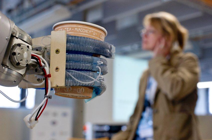 """Der Roboter """"Meka"""" der Firma """"Meka Robotics"""" hält am 27.06.2013 in der Technische Universität (TU) in Berlin einen Kaffeebecher in der Hand. Die """"Softhands"""" bzw. die """"RBO Hand"""" sind eine Entwicklung des Robotics and Biology (RBO) Laboratory der TU Berlin. Foto: Nicolas Armer/dpa +++(c) dpa - Bildfunk+++"""